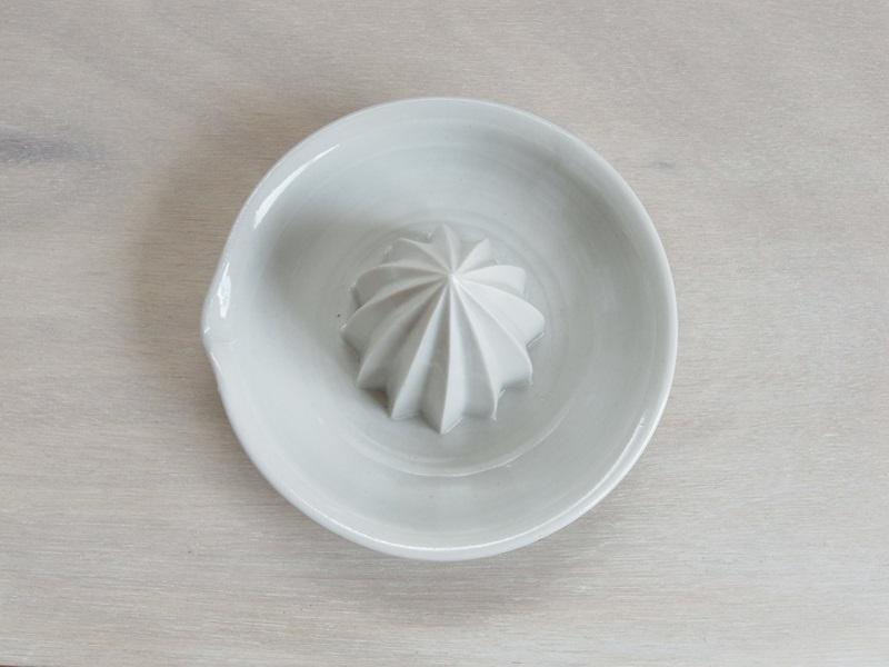 13白磁のしぼり器_04
