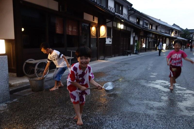 打ち水を競う子供たち